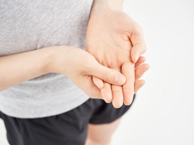 手根管症候群で悩む女性。
